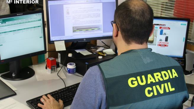 Agente de la Guardia Civil en tareas de investigación