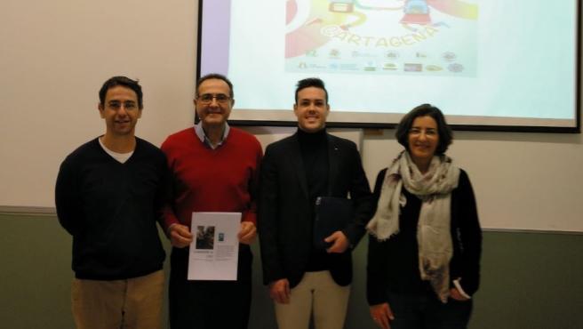 El alumno de la UPCT posa con sus profesores