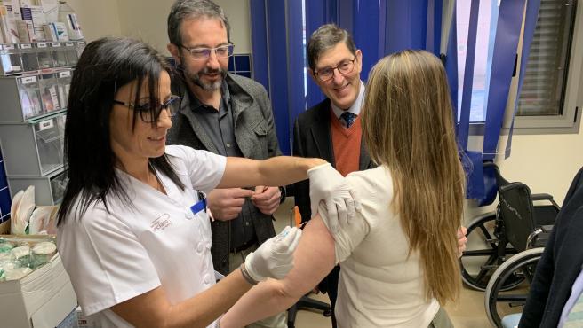 El consejero de Salud, Manuel Villegas, visitó hoy el centro de Salud Murcia centro San Juan con motivo de la puesta en marcha de las medidas para hacer frente a la gripe.