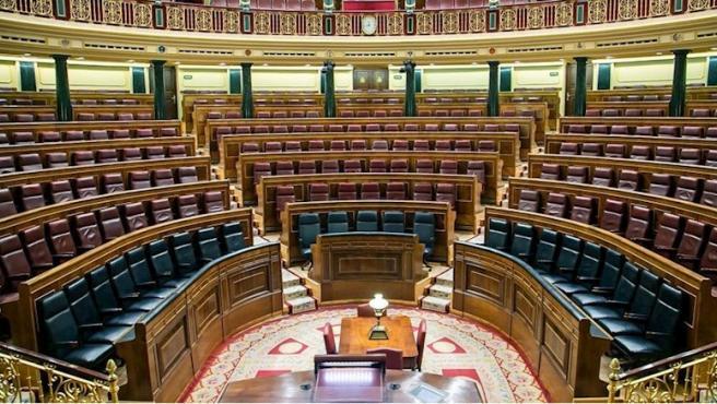 El hemiciclo del Congreso de los Diputados con 23 asientos en el banco azul.
