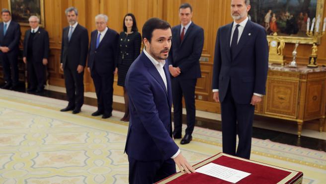 El nuevo ministro de Consumo, Alberto Garzón, jura o promete su cargo en un acto celebrado en el Palacio de Zarzuela en Madrid.