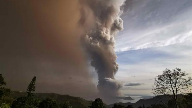 Columna de humo y ceniza durante la erupción del volcán Taal, en Filipinas.