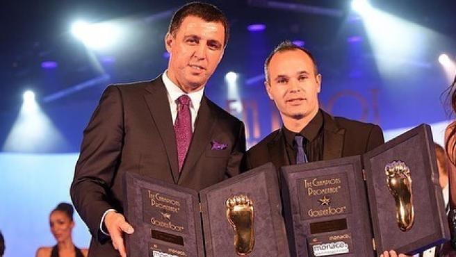 Hakan Sukur, máximo goleador de la selección turca, junto a Iniesta.