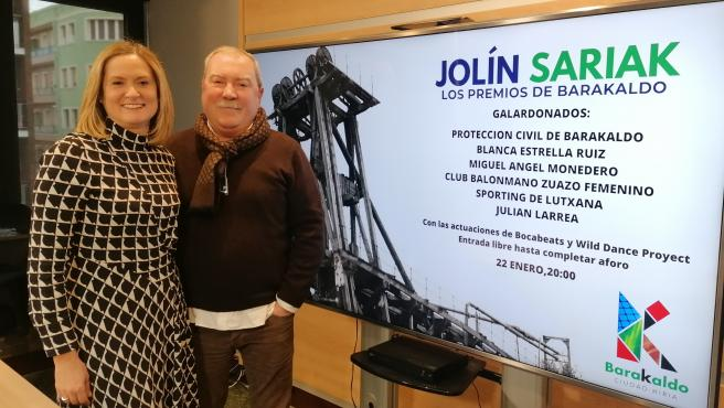 Imagen de la alcaldesa de Barakaldo, Amaia del Campo y del comunicador y presentador de los premios Jolín Sariak, Agustín Herranz.
