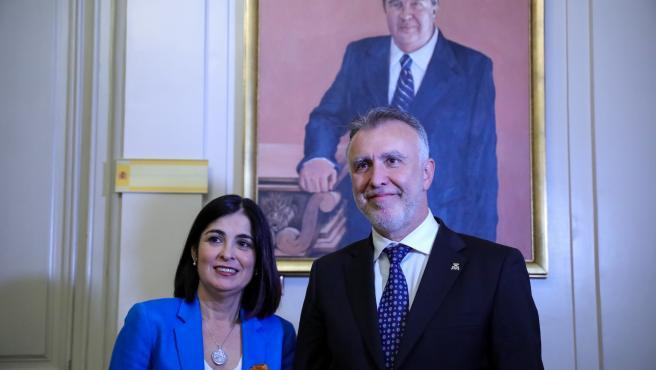 La ministra de Política Territorial y Función Pública, Carlina Darias, posa junto al presidente de Canarias, Ángel Víctor Torres, en su toma de posesión