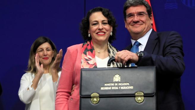 El nuevo ministro de Seguridad Social, Inclusión y Migraciones, José Luis Escrivá, recibe su cartera de manos de la ministra saliente, Magdalena Valerio.
