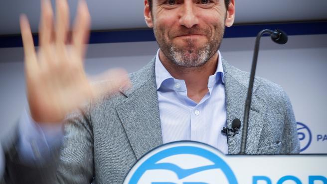"""Borja Sémper siempre ha sido un verso suelto en el PP. Vivió los años más crudos de ETA en la primera línea política, esa que ahora abandona desencantado por el auge de los discursos extremistas y por el acercamiento de su hasta ahora partido a los postulados de Vox. """"Una y mil veces volvería a comprometerme por la democracia, por la convivencia y por la libertad, aunque fuera a costa de mi juventud"""", sostuvo en rueda de prensa el ya ex diputado vasco."""