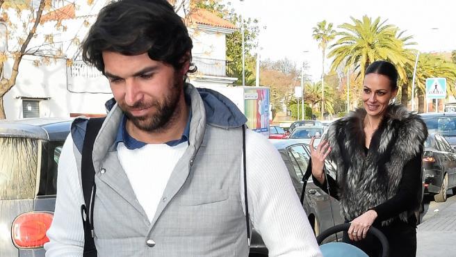 Cayetano Rivera y Eva Gonzalez, con su hijo, a su llegada a Sevilla.