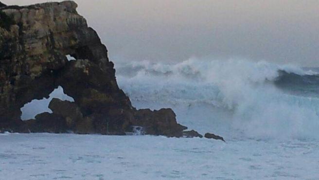 El viento alcanza 80 km/h y las olas rozan los 10 metros en Cantabria
