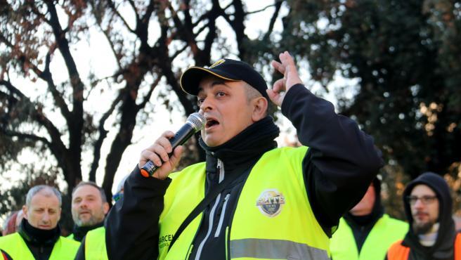 El portavoz de Élite Taxi de Barcelona, Alberto 'Tito' Álvarez, interviniendo en la asamblea de taxistas del 21 de enero de 2019 en plaça Catalunya.