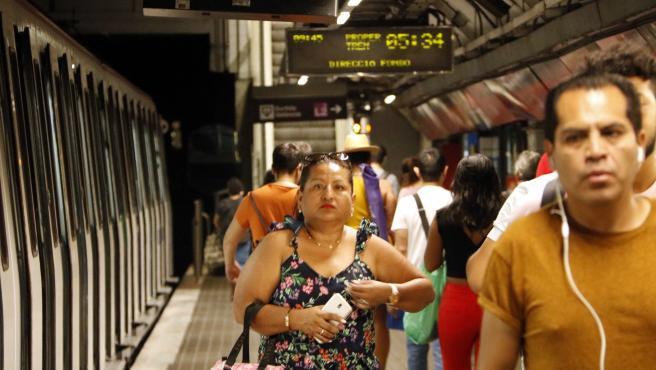 Usuarios del metro en la estación de Clot.