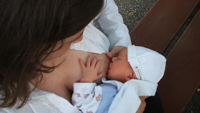 para evitar grietas, el bebé debe tener la boca bien abierta para agarrar también la areola, no solo el pezón.