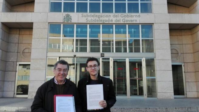 Manel Carceller, delegado de la Plataforma per la Llengua, junto a Raúl, uno de los afectados.