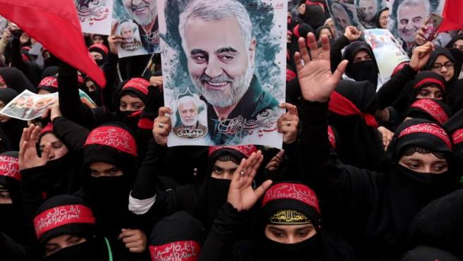 Musulmanes chiíes protestan en Lahore, Pakistán, por el asesinato del general iraní Qasem Soleimani a manos de EE UU.