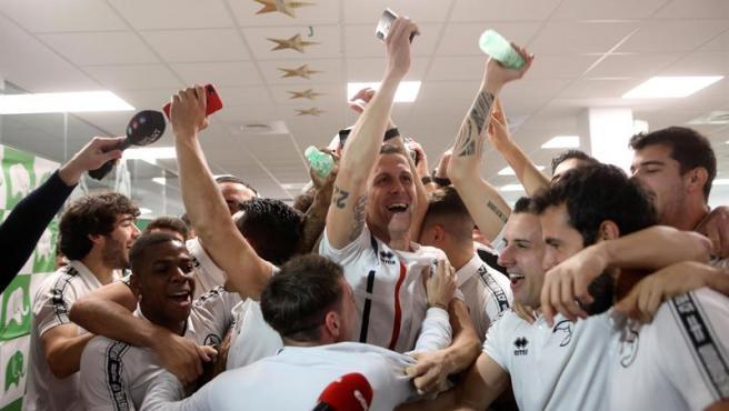 Los jugadores del Unionistas de Salamanca celebran el emparejamiento con el Madrid.