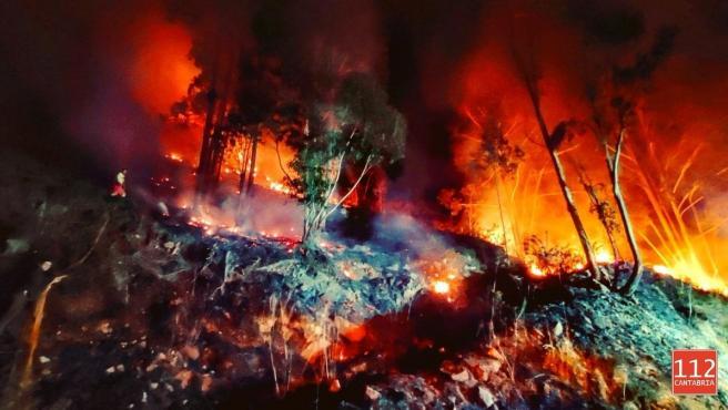 Activos cuatro incendios forestales en Cantabria de los 15 provocados en 24 horas