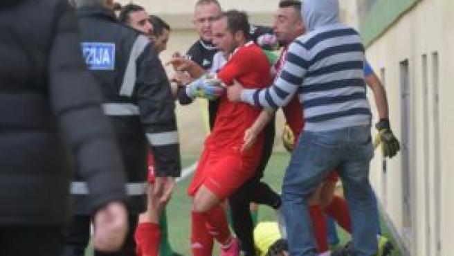 El futbolista italiano perdió los papeles y propinó una paliza al linier.