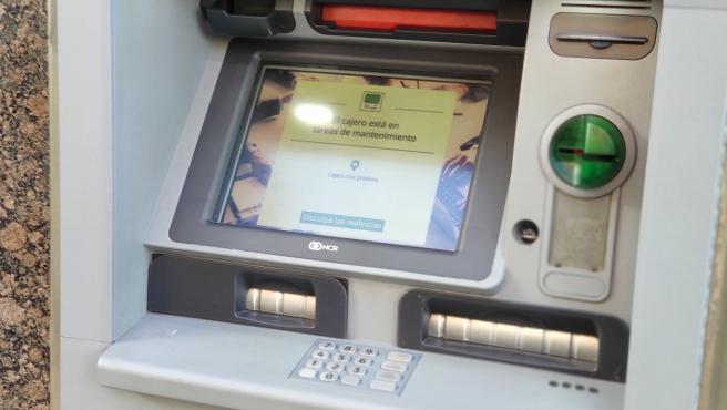 Detenido un hombre por quedarse con más de 800 euros de la bandeja de un cajero automático de Gijón