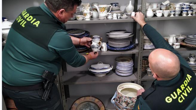 Detenidos dos experimentados delincuentes por el robo de 400 piezas de porcelana de los siglos XVIII y XIX