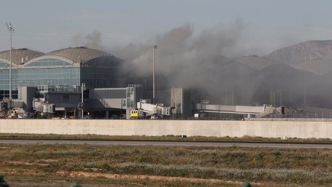 Incendio en una de las cubiertas de la terminal de embarque del aeropuerto de Alicante-Elche.