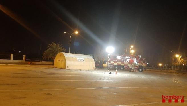 Los Bombers siguen enfriando la zona de La Canonja (Tarragona) con 30 dotaciones