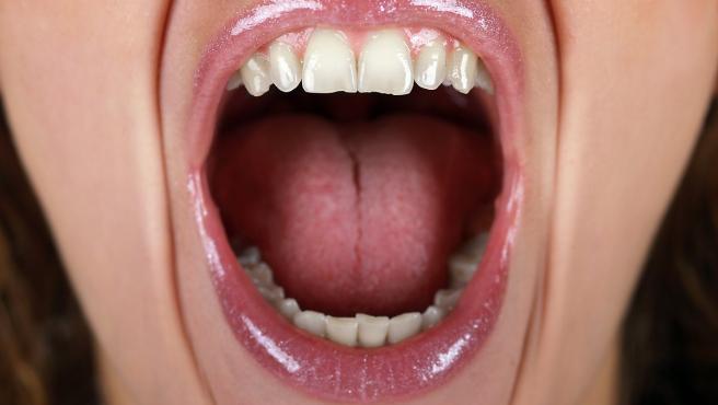 Mujer abriendo la boca