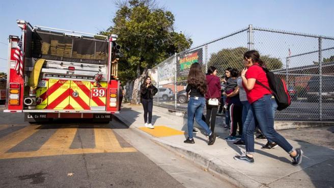 Varios estudiantes son evacuados de una escuela de primaria en Los Ángeles (California, EE UU), después de que un avión arrojase combustible sobre centros escolares de la zona.