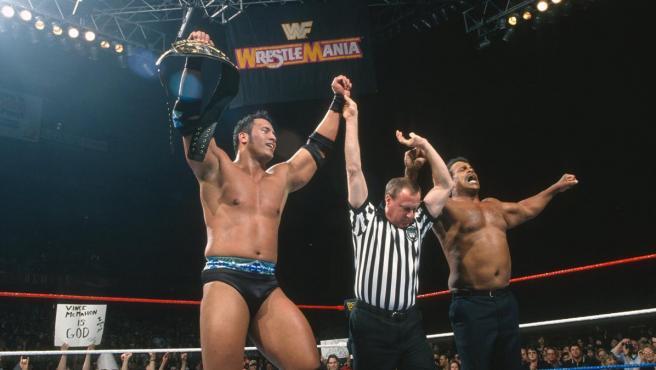 Dwayne Johnson y su padre Rocky Johnson, en un combate del primero.