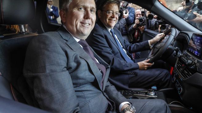 El President de la Generalitat Ximo Puig (d) recibe al presidente de Ford Europa, Stuart Rowley (i), para presentar el nuevo Ford Kuga híbrido, en Valencia (España) a 16 de enero de 2020