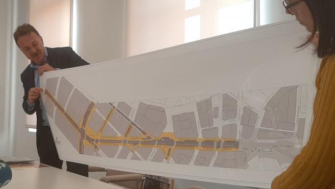 El regidor de Mobilitat Sostenible, Giuseppe Grezzi, presenta la planta viària de l'eix avinguda de l'Oest, carrers Sant Agustín i Sant Vicent, i Plaça d'Espanya.