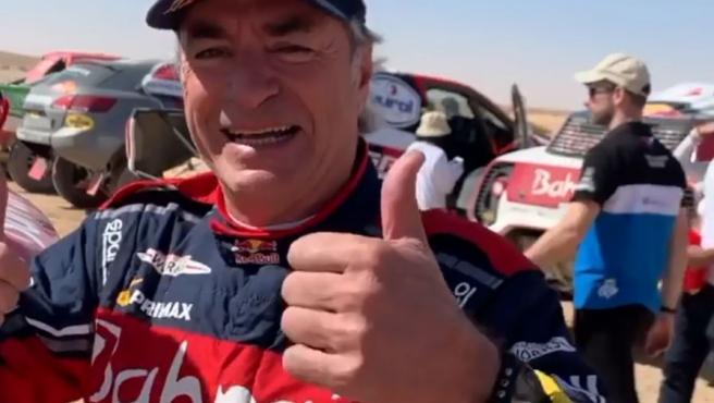 Fernando Alonso felicitó a Carlos Sainz en el propio campamento tras acabar la duodécima etapa del Dakar después de que el madrileño confirmase su tercer título.