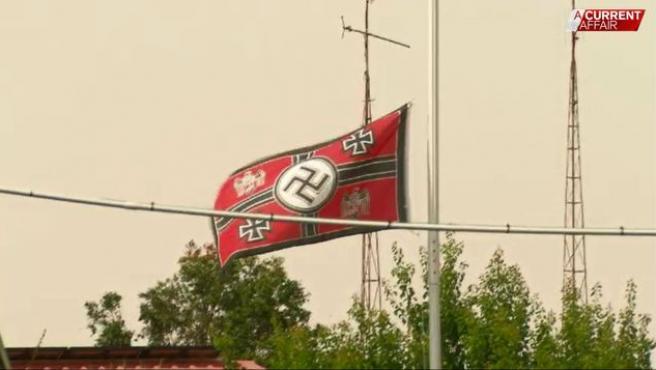 Bandera nazi ondeando en la casa de Bill y Cheryl.