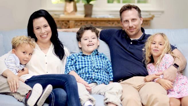 Bertrand Might (centro), de 11 años de edad, rodeado por su familia, incluyendo a su padre, Matt Might (segundo por la derecha), y su madre, Cristina Might (segunda por la izquierda).