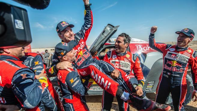 Carlos Sainz, manteado tras ganar su tercer Dakar