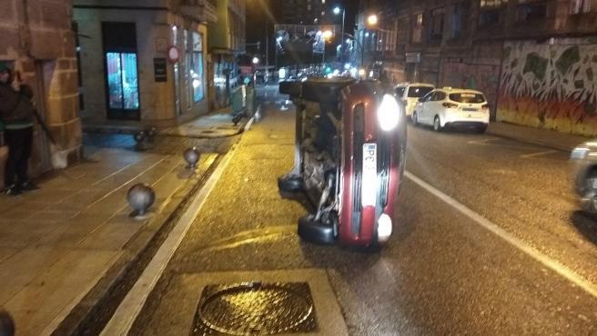 Denunciado en Vigo un conductor que dio positivo en alcoholemia y cuyo coche volcó al impactar contra un bolardo