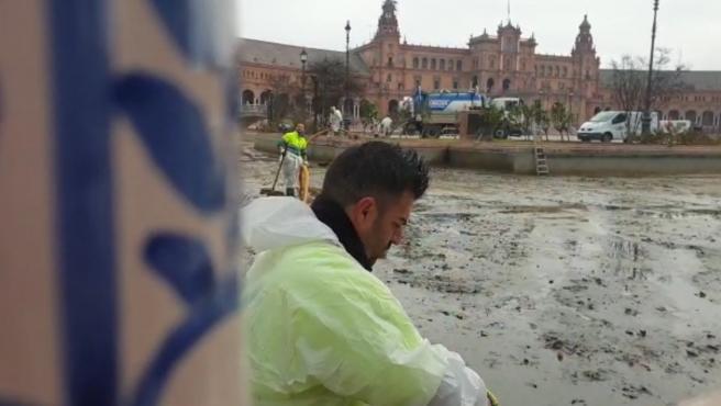 El Ayuntamiento inicia las labores anuales de limpieza de la ría de la Plaza de España