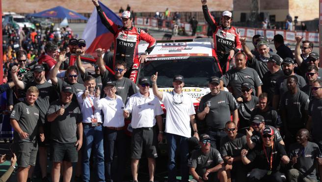 Fernando Alonso, Marc Coma y el resto del equipo Toyota.
