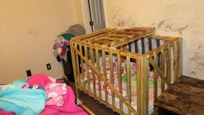 Imagen de la jaula donde mantenían encerrados a los niños.