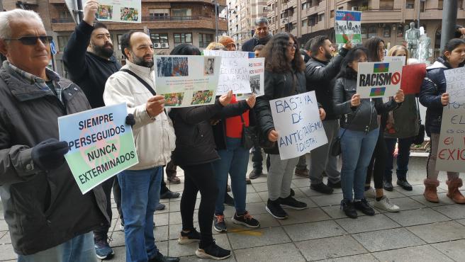 """Plataforma Rosa Cortés y Ezor Roma defienden """"la historia gitana"""" con una concentración frente a Fuente de los Ilustres"""
