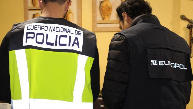 Un agente de la Policía Nacional junto a otro de Europol.