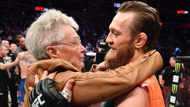 Abuela de Cerrone abrazando a McGregor
