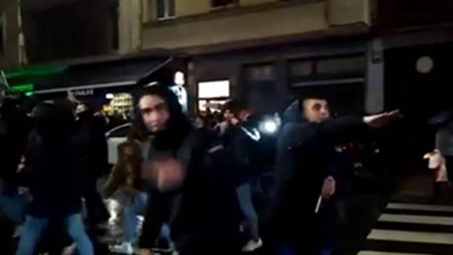 Aficionados del Atlético de Madrid haciendo el saludo nazi.