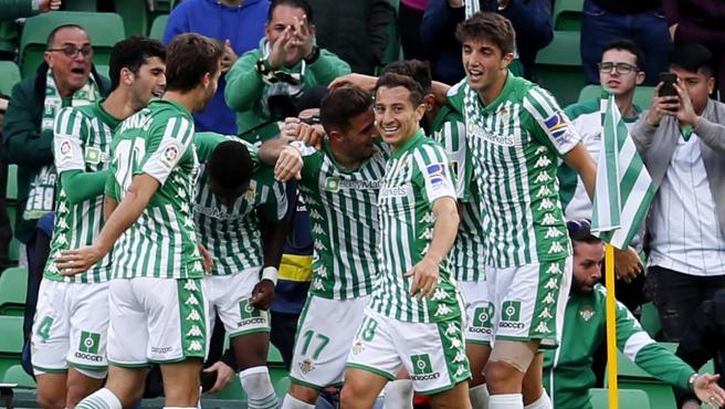 Los jugadores del Betis celebran uno de los goles.