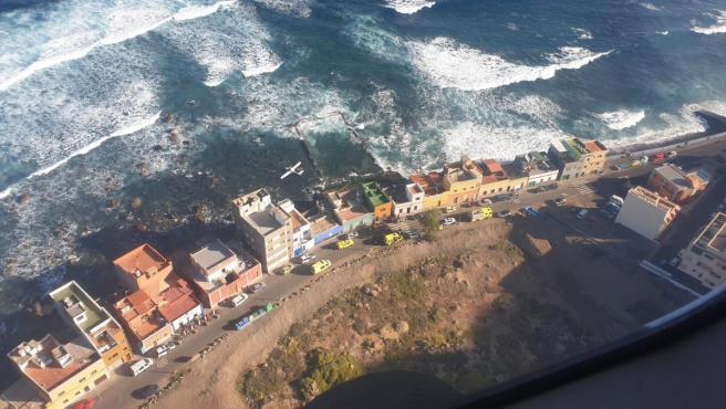 Ilesos los dos ocupantes de una avioneta que amerizó en la costa de Moya (Gran Canaria) por problemas en el motor