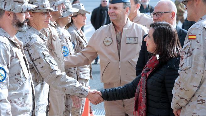 La ministra de Defensa, Margarita Robles, saludando a militares