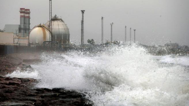 Vista general de la zona industrial del Serrallo azotada por los efectos del temporal.