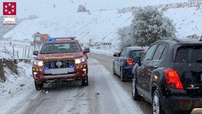 Sucesos.- Varios vehículos atrapados por nieve en Sinarques (Valencia), Vallibona y Port de Querol (Castellón)