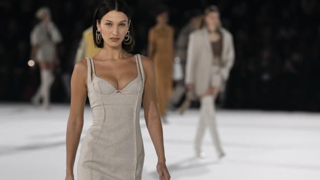 Bella Hadid desfilando con JACQUEMUS en la Paris Fashion Week