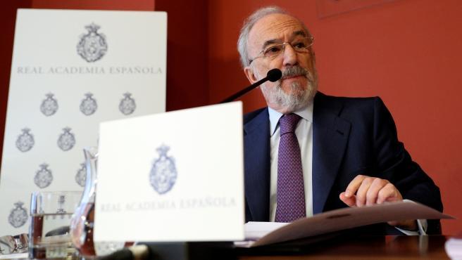 El director de la RAE, Santiago Muñoz Machado, explica en rueda de prensa el contenido del informe sobre el lenguaje inclusivo en la Constitución.