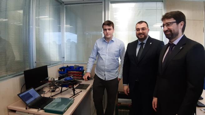 El presidente del Principado, Adrián Barbón, visita la empresa Seerstems Robótica acompañado del consejero de Industria y Empleo, Enrique Fernández